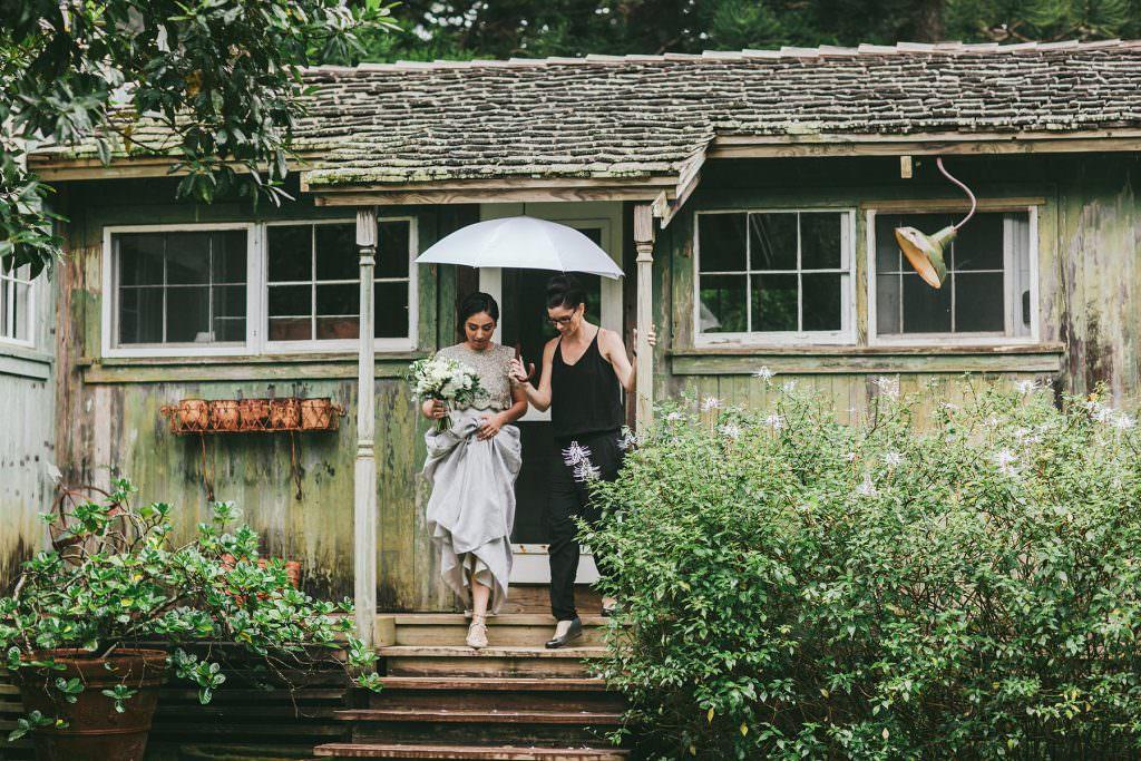 rainy Maui elopement at the Haiku Mill www.melialucida.com #maui #haikumill #elopement